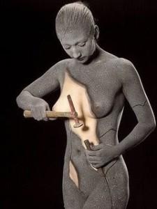 mujer esculpiéndose